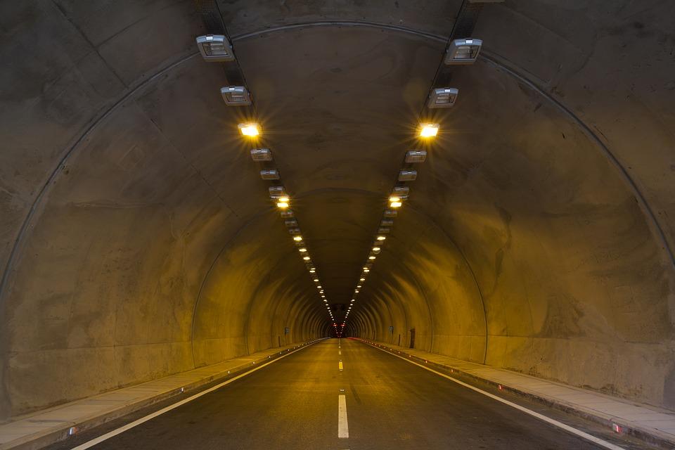 【高速道路のトンネルの運転が怖い】パニック・めまい・苦手を克服するには?