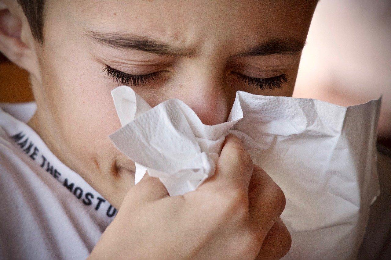 アレルギー性鼻炎は雨の日と関係あるの?くしゃみ連発でひどいです!