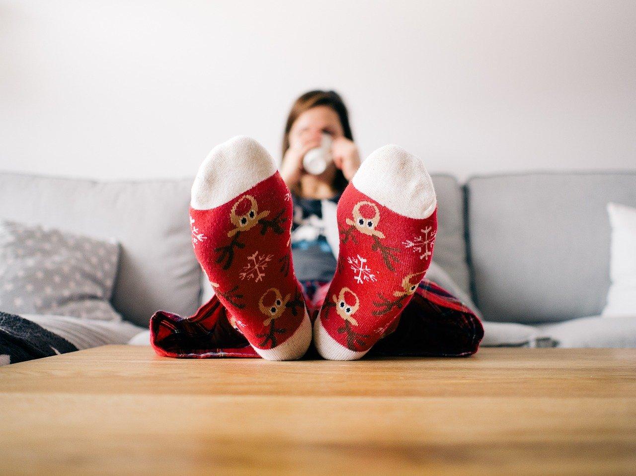 【フローリングは足が冷える】冬の部屋の足元が寒い時の対策 パネルヒータなど対策グッズ