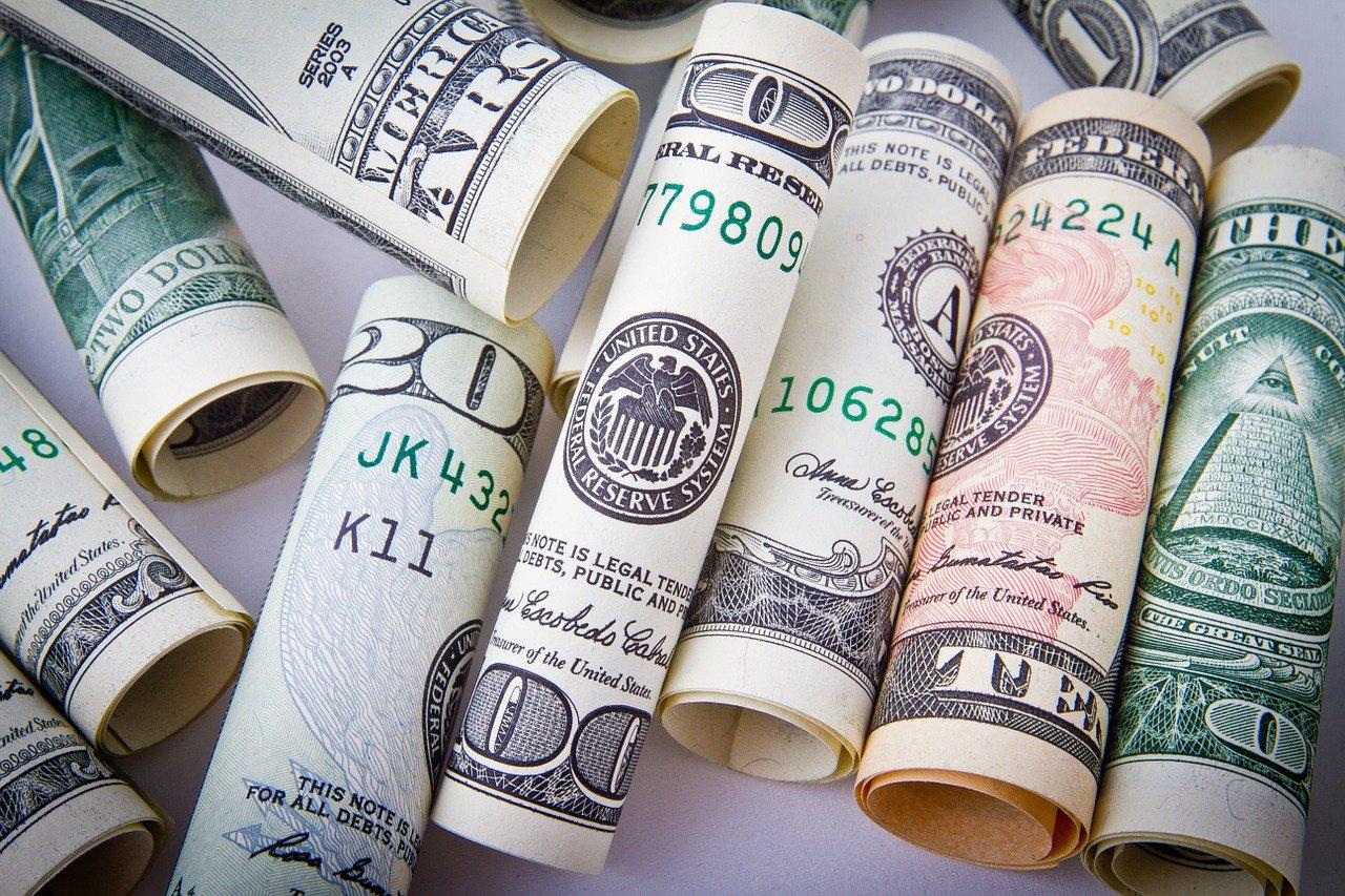 新しく財布を買ったら、お札をたくさん入れて寝かせると効果あり