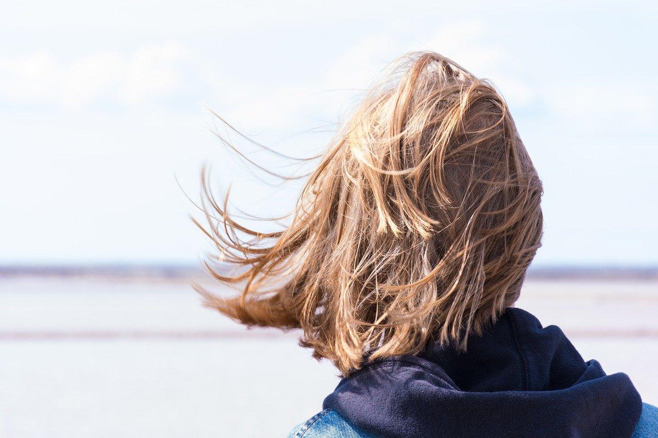 梅雨で髪の毛のくせ毛がより強調!梅雨対策グッズでウネリ髪を改善する