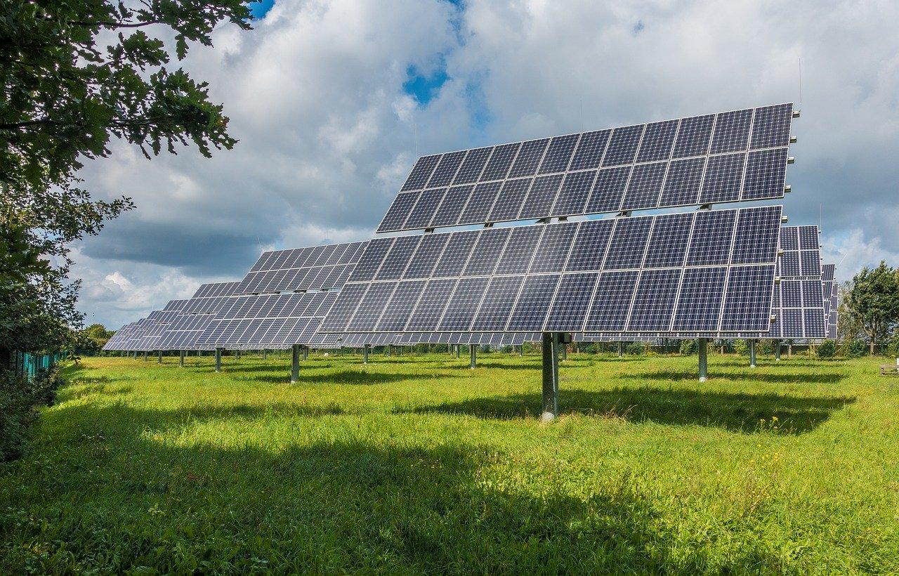 ソーラーパネルと接続できるポータブル電源がおすすめ!