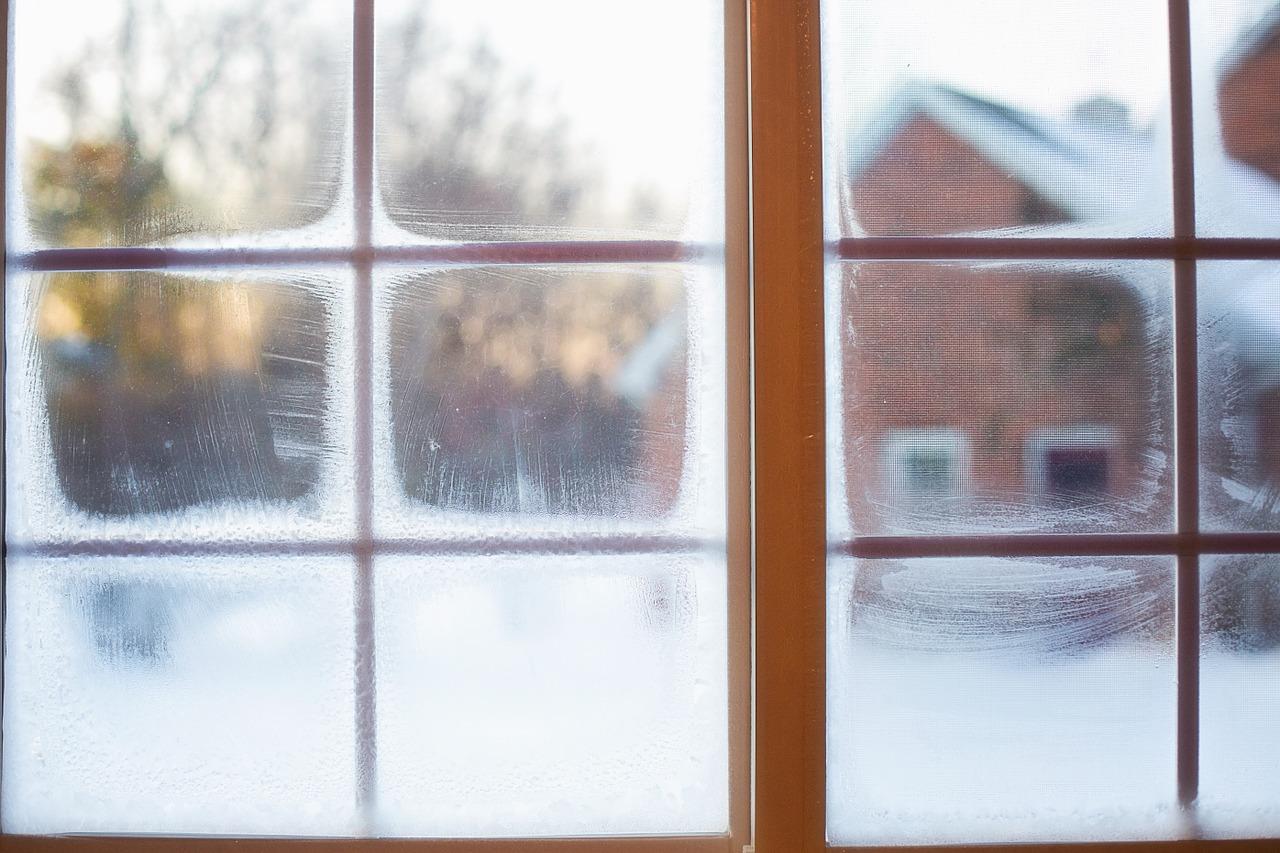 窓からの冷気を遮断させる